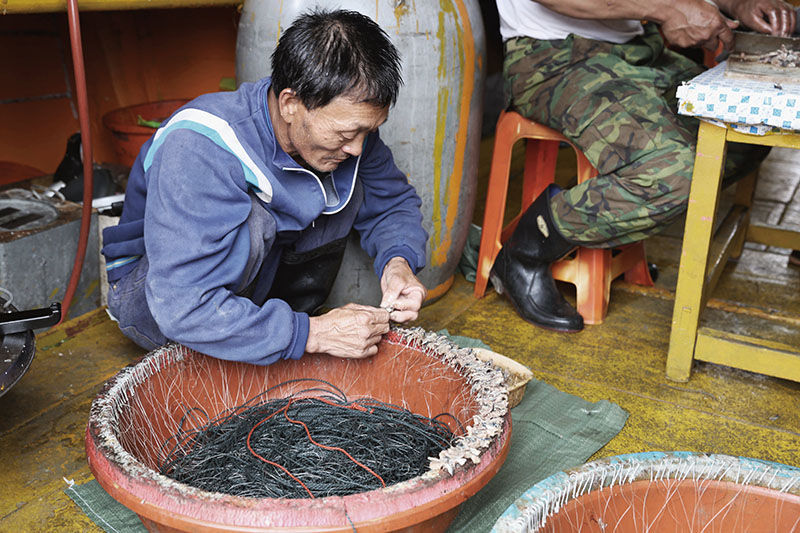 早期漁業設備的進步與更新,使馬祖漁民的漁獲量來到前所未有的新高,一度使馬祖的漁業前景一片看 好,然而沒有節制的捕撈,卻造成漁業 資源漸漸減少,底拖網、流刺網的運用雖然使漁獲量大幅增加,卻對海洋生態、魚類的繁殖造成嚴重的傷害,加上 中國漁民常年於海域炸魚、電魚,導致魚場枯竭。70年代之後馬祖漁業漸漸 走向沒落,漁業人口年年減少,許多人 紛紛出走尋找工作機會,造成馬祖人口嚴重外流。如今馬祖漁業已不復以往輝煌,寧靜的漁村背後,隱藏著淡淡的哀傷。 | 甘樂誌 | 甘樂文創 | 甘之如飴,樂在其中