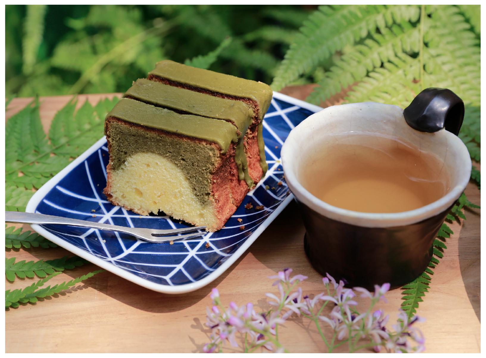 三峽碧螺春磅蛋糕 三峽碧螺春茶粉像是日本的宇治抹茶那樣有著屬於自己的獨特香氣,而且沒有任何添加物,成為來甘樂食堂裡的人氣手工蛋糕,配上一杯碧螺春綠茶,給您最具代表三峽的午茶體驗! | 甘樂食堂下午茶 | 古厝裡的美味時光