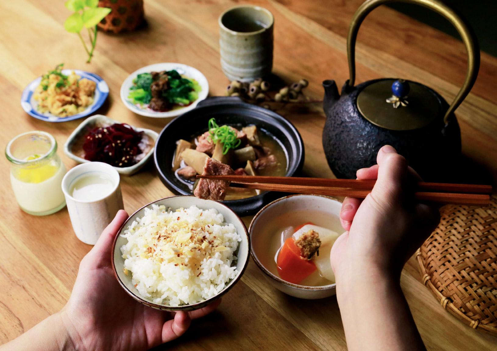 自家味噌野菇燉肉 以禾乃川手作味噌與味噌溜熬煮醬汁,加入豬肉與時令野菇細火慢燉,最後撒上青蔥點綴。 | 甘樂食堂 | 古厝裡的美味時光