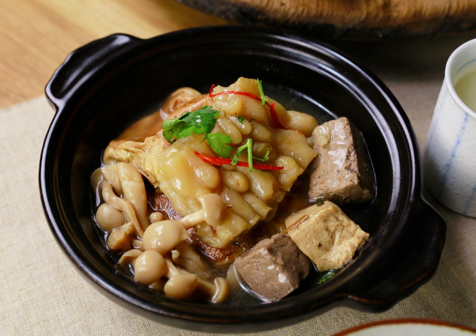 清燉苦瓜梅干豆包 以味噌溜清燉苦瓜,加入傳統梅干與禾乃川手作豆皮豆腐入菜,成就一道全蔬食料理。   甘樂食堂   古厝裡的美味時光