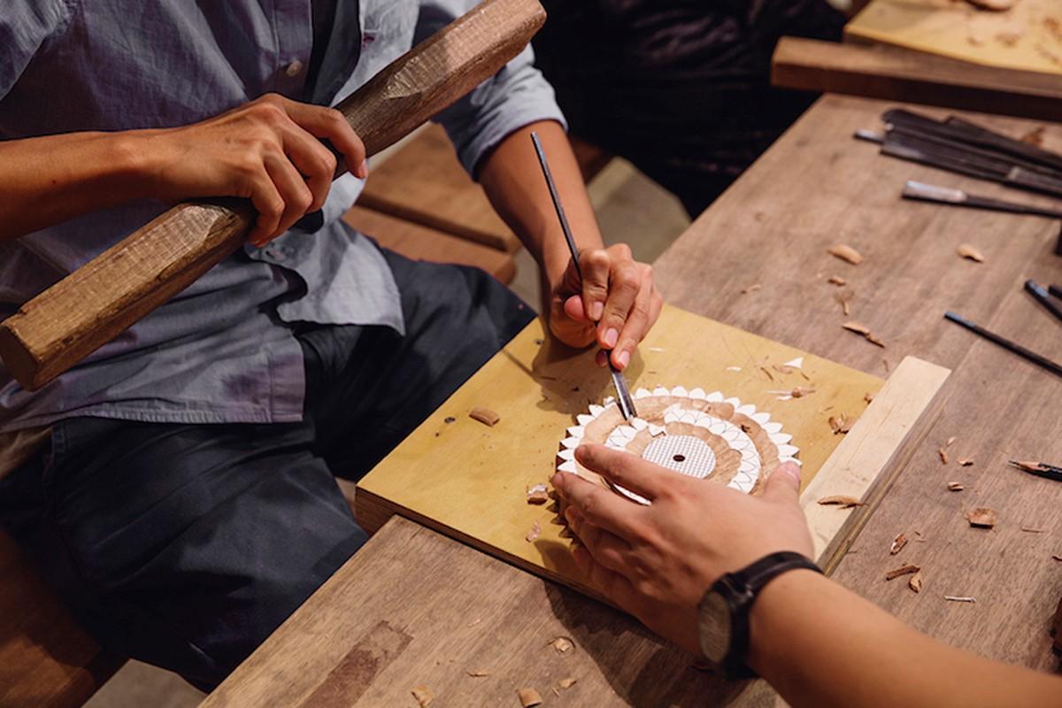 走入以木工作室,撲鼻而來的木頭香氣掩蓋了全身,暖色調的氛圍溫暖又沉靜,木紋的深淺刻畫著傳統工藝的美。  希宸師傅師承修建祖師廟的木雕師傅之一的洪耀輝老師,在合習聚落裡成立以木雕刻工坊,投入台灣木雕工藝發展,也培育社區裡的青少年學習傳統木雕,賦予傳統木藝新生命、延續三峽工藝文化。 | 合習聚落 | 三峽工藝&產業的共好實踐基地