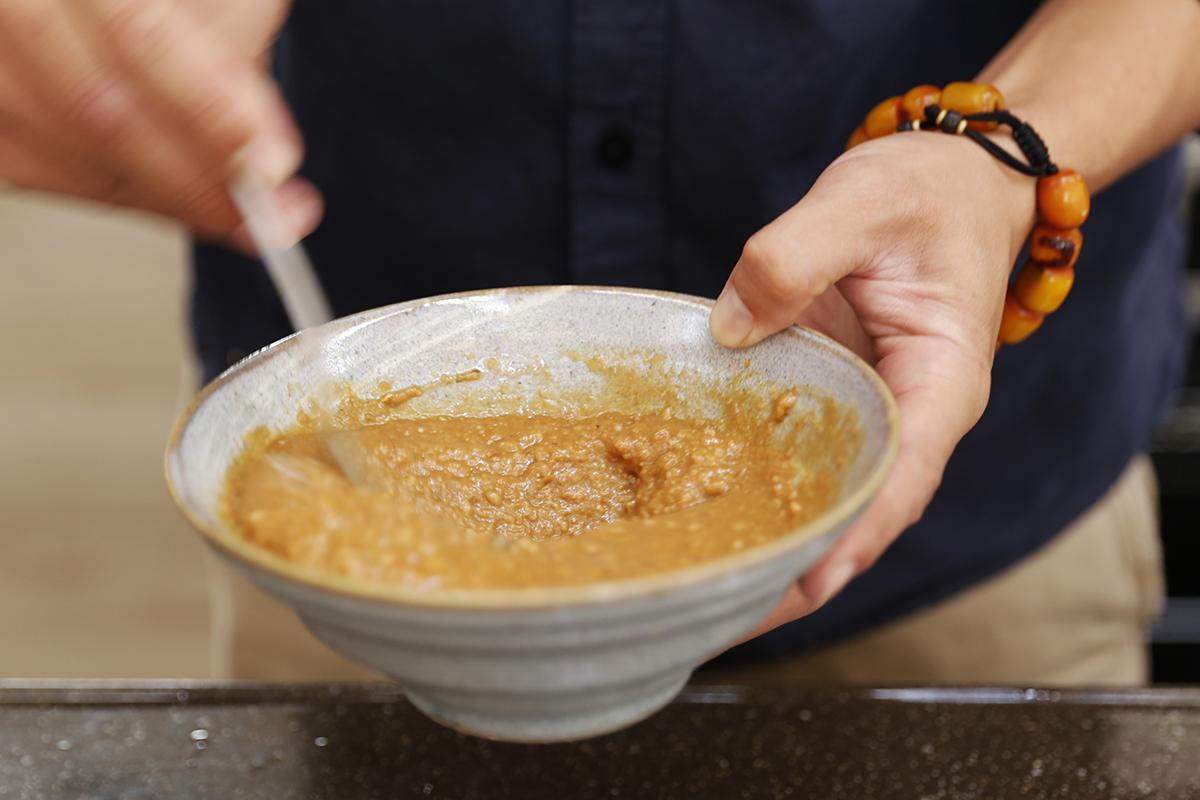 禾乃川小廚房,特別番外篇:由執行長林峻丞,峻哥親自來下廚!這次要跟大家分享的是「烤豆干佐黃金抹醬」做法很簡單且美味,20分鐘出好菜,峻哥的黃金特調抹醬搭配上香濃台南三號黑豆所製作的手工鹽鹵豆干,濃郁的香氣在烤箱的熏陶下,誕生出金黃色的光澤!快點來看看要怎麼做吧! | 禾乃川國產豆製所 | 改變生命的豆漿店