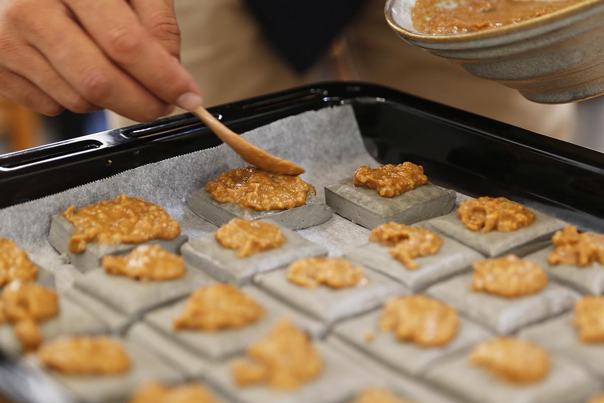 黃金抹醬擁有味噌的鹹甜香氣加上白芝麻以及黑豆豆干的綿密口感,搭配在一起,喜歡味噌料理的你,千萬不要錯過,作法方便簡單,禾乃川也一直以純天然無添加的堅持以及用心製作豆製品以及味噌,看著夥伴們吃的都津津有味的,在螢幕前的你趕快起身到廚房,一起做做看吧! | 禾乃川國產豆製所 | 改變生命的豆漿店