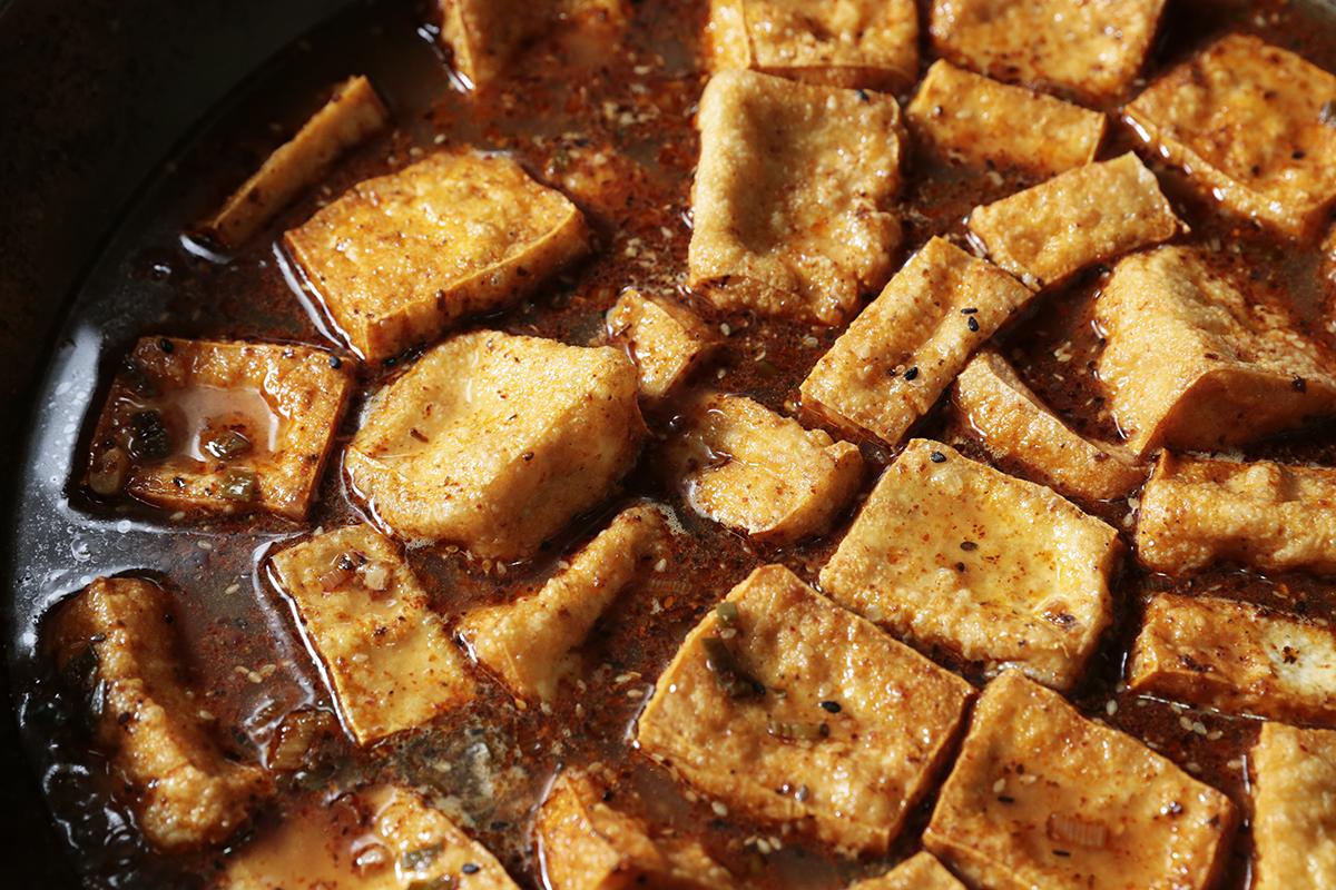 「流淚辣醬」是由甘樂食堂精心熬製而成,以青蔥、蒜頭、朝天椒、黑白芝麻,等新鮮材料快火爆香,慢火收汁並紅油鎖味,帶著蔥蒜的香氣簡單烹調,能品嚐到醬料豐厚的層次,大口挑戰味蕾的刺激,以及香辣的溫潤滋味! | 禾乃川國產豆製所 | 改變生命的豆漿店