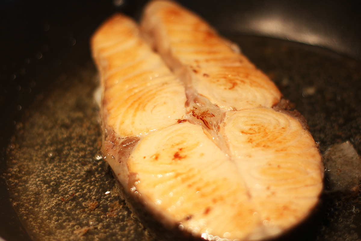 步驟七:接著拿小碗調製特製醬料,這次使用的是味噌溜+蘿蔔泥+青蔥攪拌攪拌均勻淋在煎好的鮭魚上面。 | 禾乃川國產豆製所 | 改變生命的豆漿店