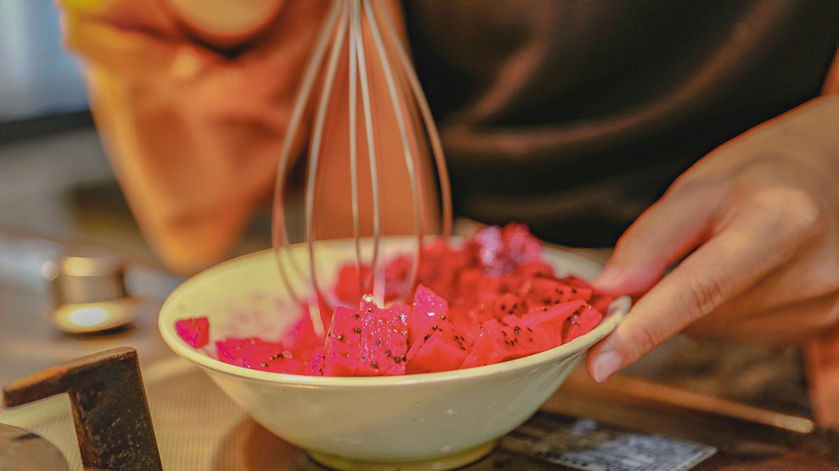 三步驟,簡單又好喝,健康養生飲品馬上上桌!  步驟一:把火龍果和奇異果削皮切片或是切丁  步驟二:把火龍果和奇異果放入杯中,並且倒入氣跑水和甘酒!  步驟三:攪一攪,就可以馬上享用瞬間補充營養! | 禾乃川國產豆製所 | 改變生命的豆漿店