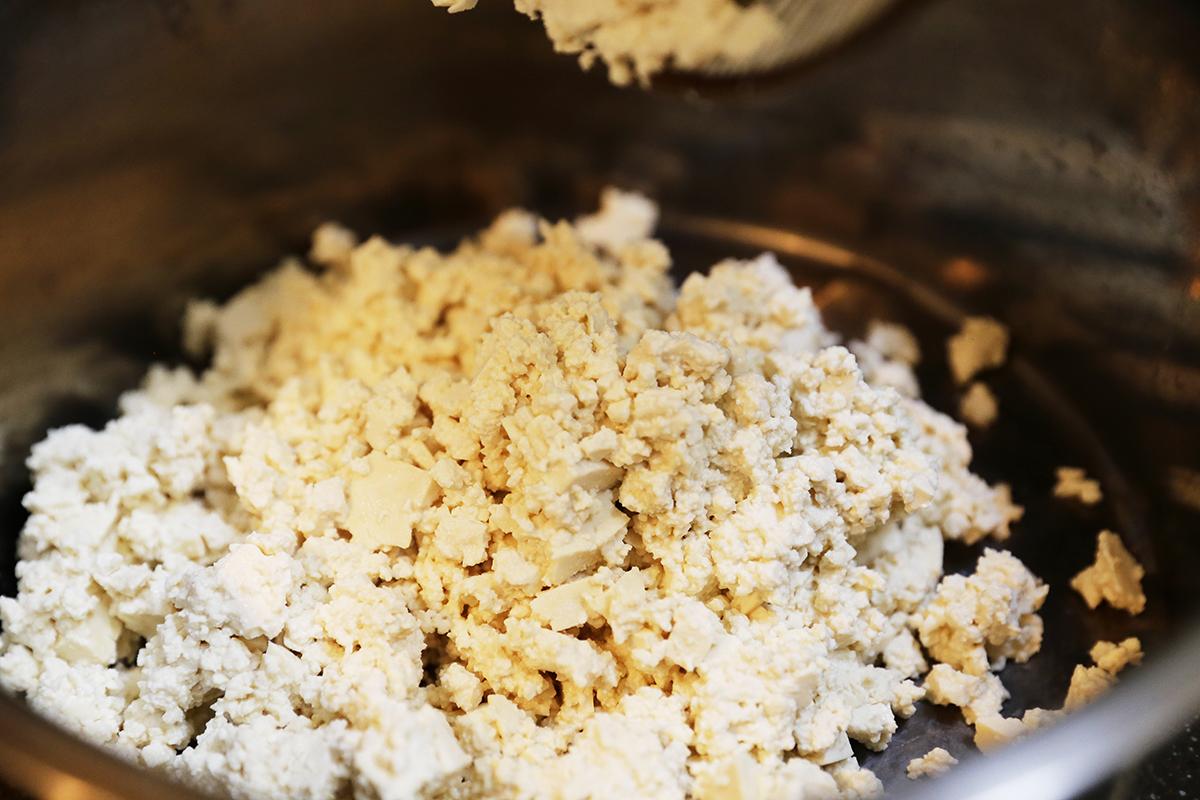 步驟一:將紅蘿蔔、洋蔥、黑木耳切成碎末,並將鹽鹵豆腐切成條狀放入碗中。  步驟二:鹽鹵豆腐壓成豆腐泥,將多餘的豆腐水倒掉! | 禾乃川國產豆製所 | 改變生命的豆漿店