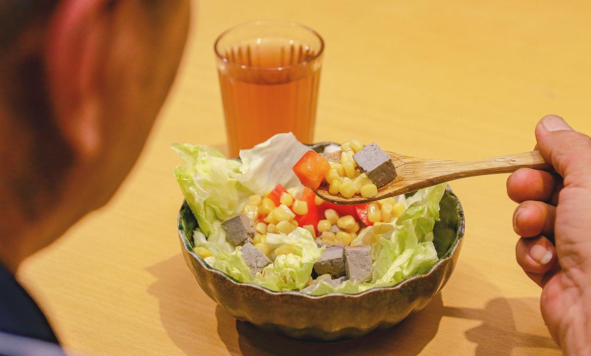 黑白豆腐水果佐味噌溜檸檬沙拉|需要準備的食材有 | 01 豆腐((2盒)  02 柑橘(1顆)  03 奇異果(1顆)  04 玉米粒(適量)  05 雞蛋(2顆)  06 美生菜(1顆)  07 小黃瓜(1條)  08 檸檬(1顆)  09 味噌溜(少許) | 禾乃川國產豆製所 | 改變生命的豆漿店