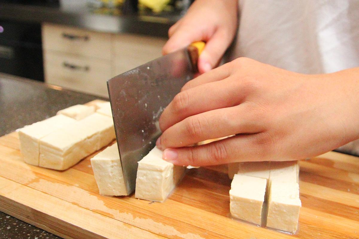 步驟一:把豆腐、柑橘、奇異果以及美生菜切成喜歡的大小  步驟二:拿出味噌溜(是製作味噌自然生成的湯汁,天然又甘純) | 禾乃川國產豆製所 | 改變生命的豆漿店