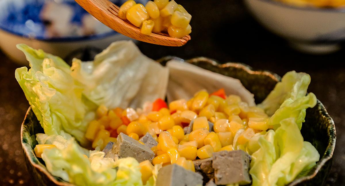 步驟三:製作檸檬汁並且加入少許的糖,與味噌溜攪拌攪拌  步驟四:將準備好的新鮮食材,放進碗中擺盤  步驟五:淋上特製的醬汁,就完成了喔! | 禾乃川國產豆製所 | 改變生命的豆漿店