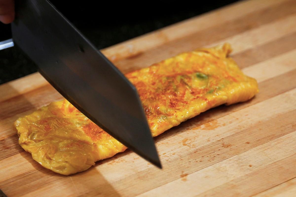 步驟三:將蔥蛋汁液倒入鍋中,鋪上豆皮,煎成金黃色的就完成囉!  步驟四:淋上味噌御露增添風味,再搭配一杯純濃豆漿,健康又養生的早餐就完成囉! | 禾乃川國產豆製所 | 改變生命的豆漿店