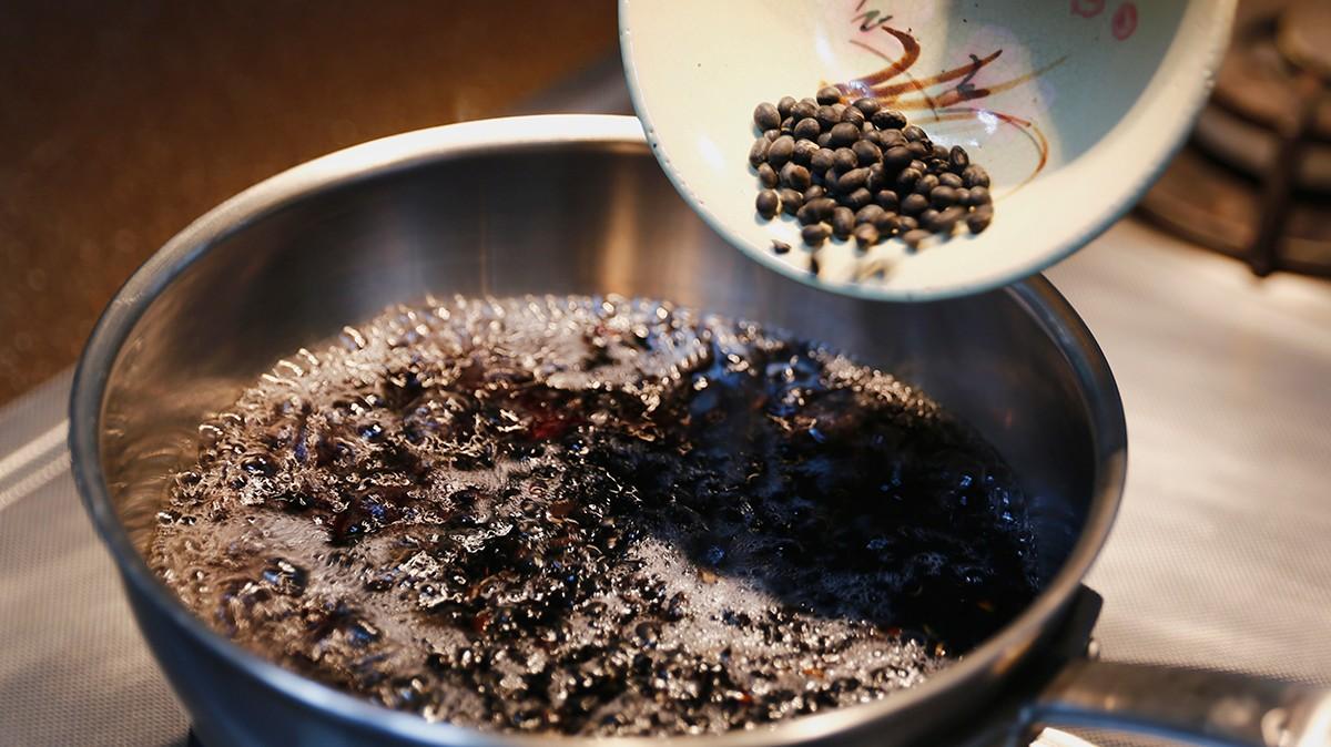 步驟五:最後來煮黑豆甜湯,黑豆前一晚要先泡水六小時,再把紅糖加上熱水煮滾!  步驟六:最後裝飾點綴,就完成了!自己動手做做看! | 禾乃川國產豆製所 | 改變生命的豆漿店