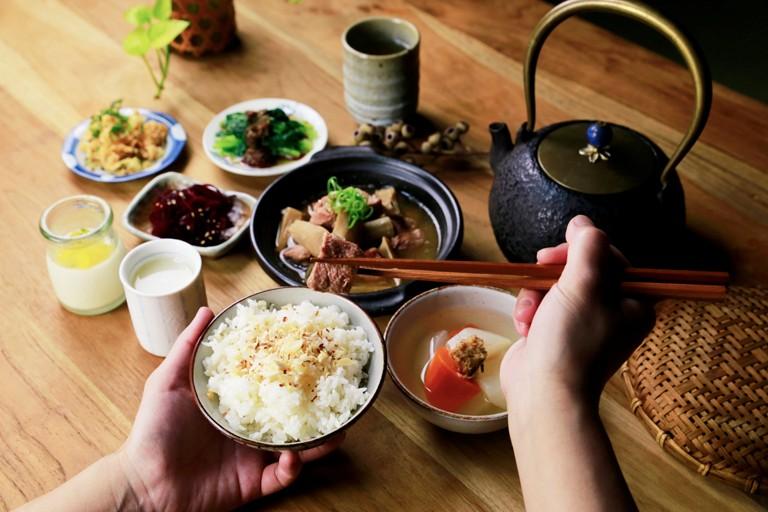 大地料理  以自產豆製品與釀酵物為底蘊的大地料理,讓食材決定食物的味道。  以自然農法器做本土飛機改大豆,用心製作,天然健康的濃醇豆製品。並選用日本300多年味噌老店的優良菌種「糀」(kouji),再以花蓮羅山有機米培養成甘樂專屬的米麴以古法釀酵,製作出味噌、鹽麴、味醂、甘酒、清酒、酒粕......等,這些日本傳統天然釀酵食物,結合國產小農豆製品。靈活運用在每一道料理的調味中,成就出單純樸實的「糀の味」。  | 甘樂文創 | 甘之如飴,樂在其中