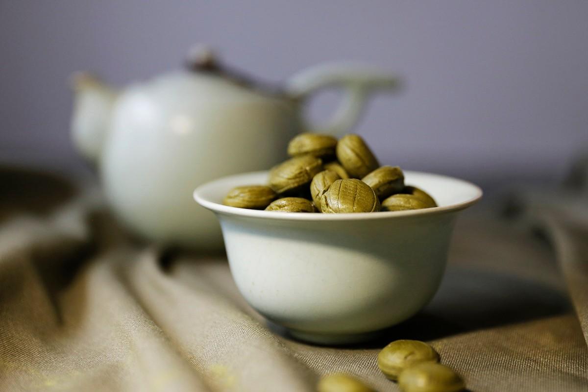 2020過年禮盒   嚴選三峽出產的碧螺春茶所製成的糖,是精心手摘挑選茶葉,帶著濃郁的碧螺春茶香,這就是三峽限定呷甜甜「三峽碧螺春茶糖」。在海拔200公尺丘陵有機茶園的礫質與砂質壤土上,凝聚了春日的嫩翠芬芳和時雨,所以有著獨特的甘甜清香。   禾乃川國產豆製所   改變生命的豆漿店