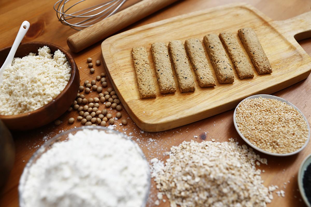 2020過年禮盒   類的餅乾更有飽足感,並且結合黑芝麻、燕麥和起司粉,低糖、低鹽,以豆渣取代麵粉配方,減少麵粉用量,少些澱粉攝取,多點膳食纖維,提高其營養成份,吃得健康美味,輕鬆無負擔!   禾乃川國產豆製所   改變生命的豆漿店