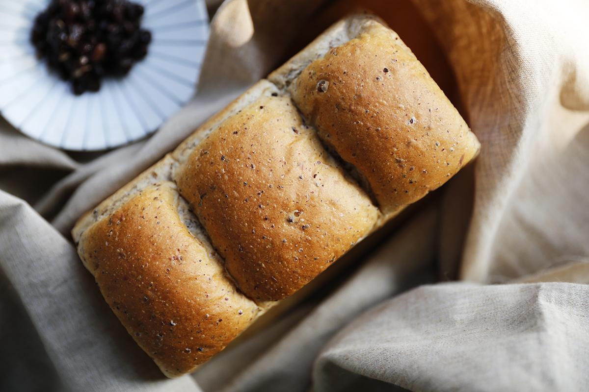 陸續開發全新的烘焙產品,並與禾乃川國產豆製所聯名合作,不添加一滴水的「豆乳天使蛋糕」、「純濃黑豆漿吐司」以及具有三峽在地特色的「碧螺春乳酪吐司」,敬請期待,陸續推出的療癒人心的手作烘焙! | 小草書屋 | 甘樂文創 | 甘之如飴,樂在其中