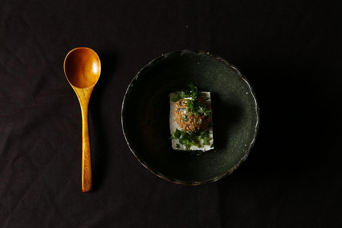 深夜暖心味噌湯  食材 | 深夜味噌1湯匙、熱水  製作方法 | 深夜味噌加入些許熱水攪拌,簡單的深夜美食,即可上桌!也可以加入豆腐和蔥花,營養升級! | 禾乃川國產豆製所 | 甘樂文創 | 甘之如飴,樂在其中