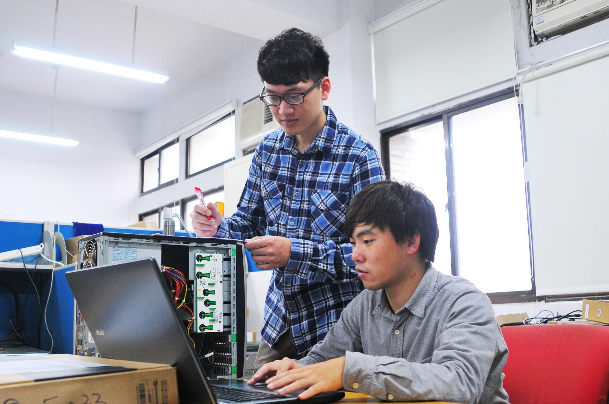 左-電子系碩二呂紹廷、右-電子系碩二呂坤隆-電腦維修工作.JPG