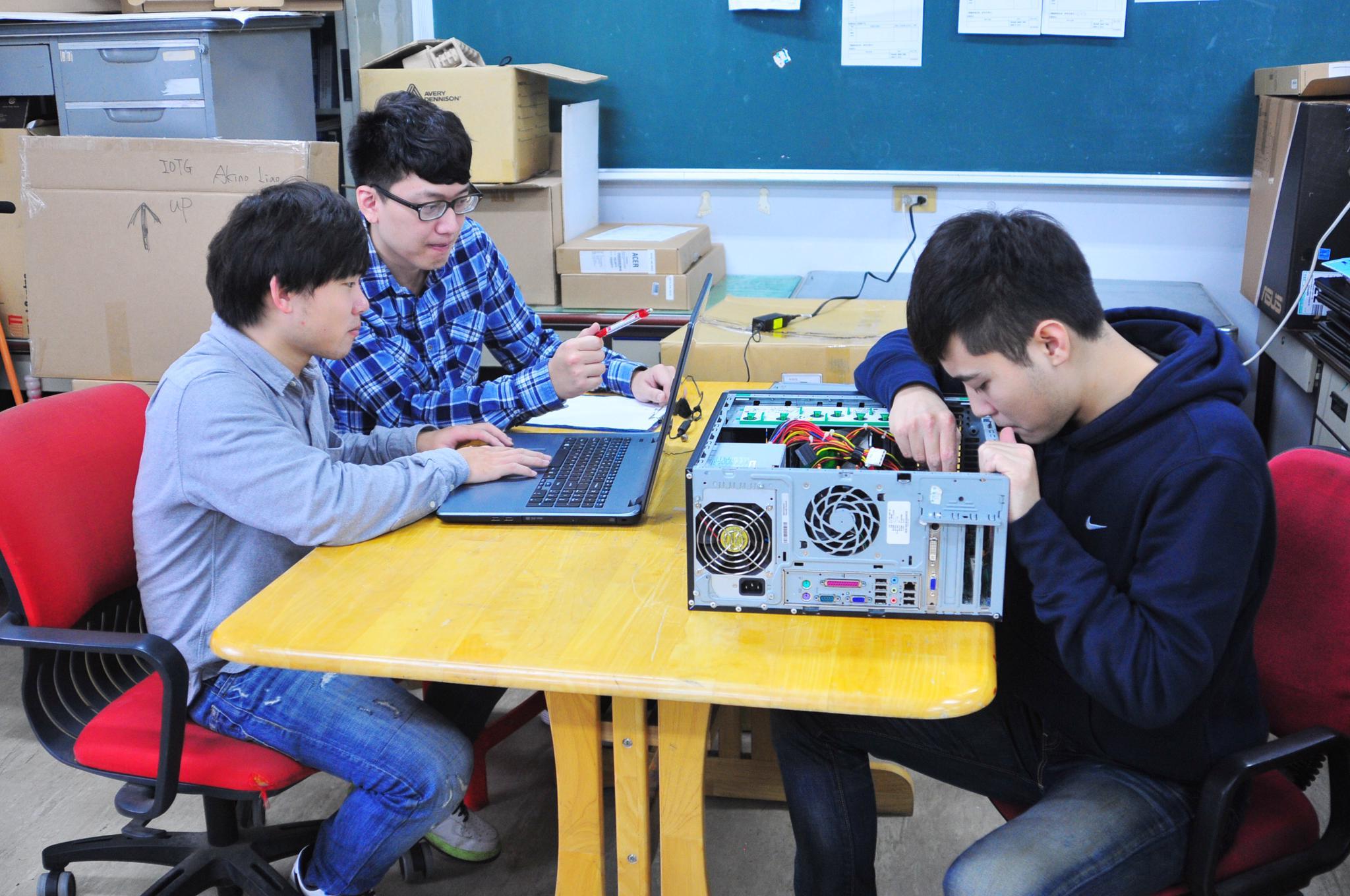 學生維修電腦-左起電子系碩一呂坤隆、碩二呂紹廷、碩一高嘉駿.JPG