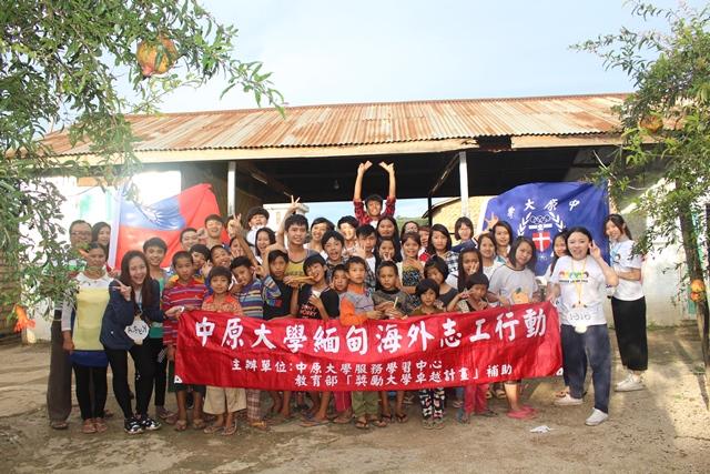S-果民學生們與院童共同為一日英文營留影紀念.jpg
