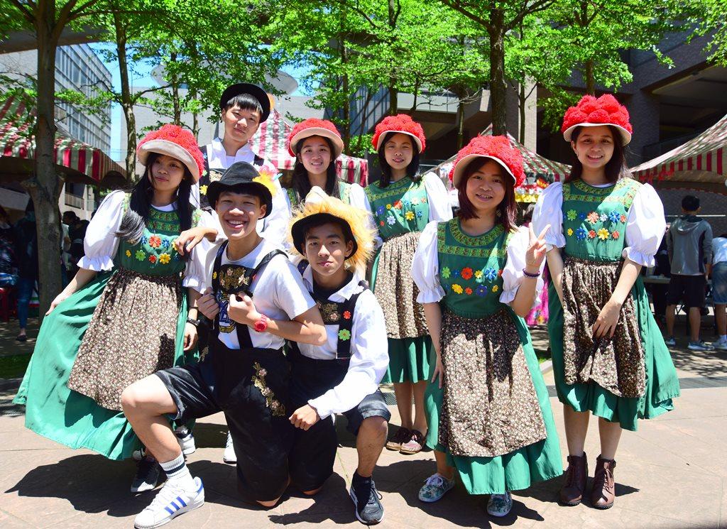 通稿照片06-中原大學四國文化節學生帶來可愛逗趣的德國啤酒節傳統擊鞋舞.jpg