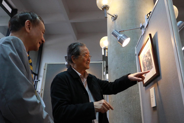 通稿照片4-黃春明老師向中原大學校長張光正解說最喜歡的撕畫作品「沒有時刻的月台」.jpg