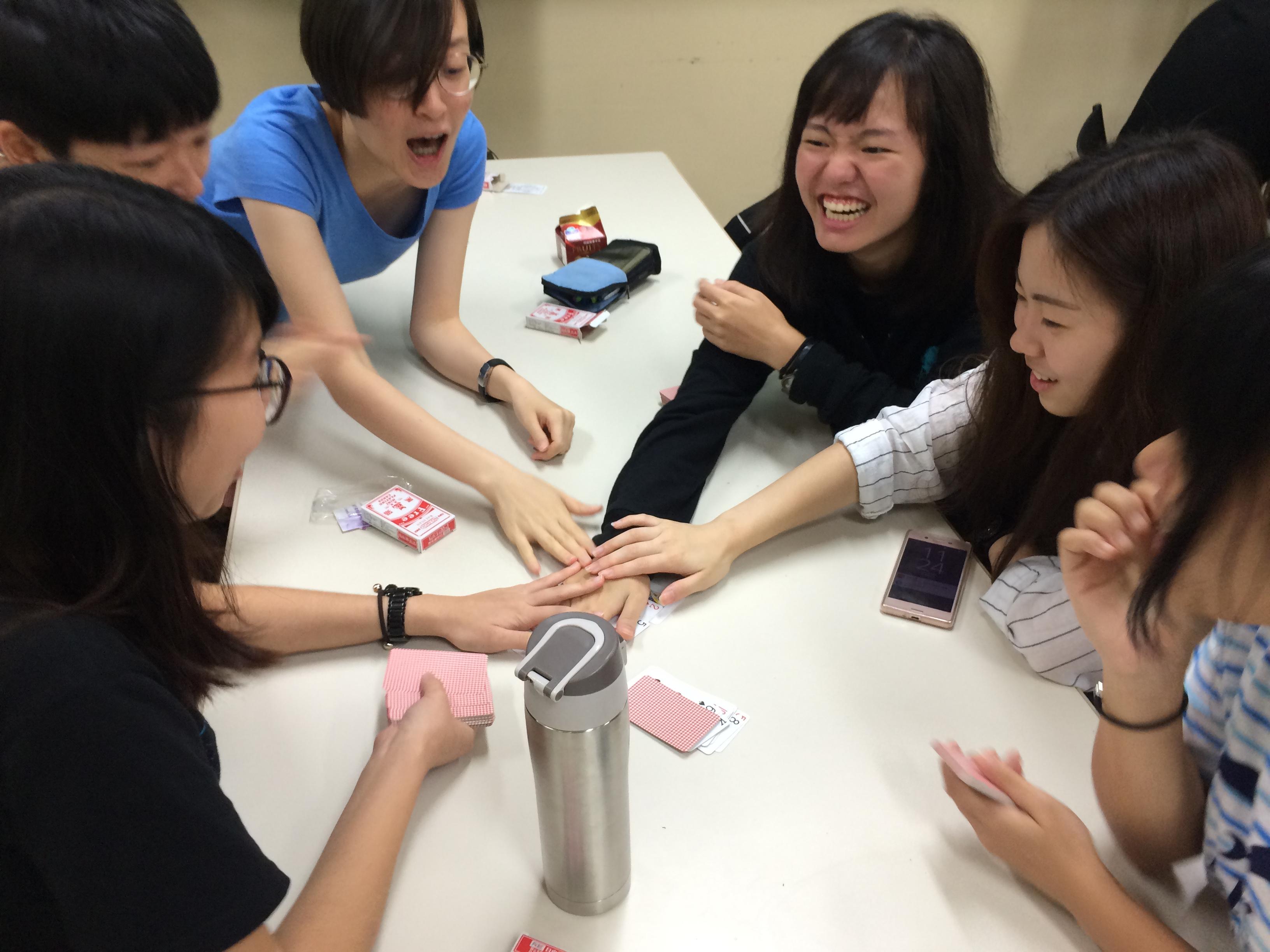 通稿照片2-學生體驗紙牌心臟病小遊戲.JPG