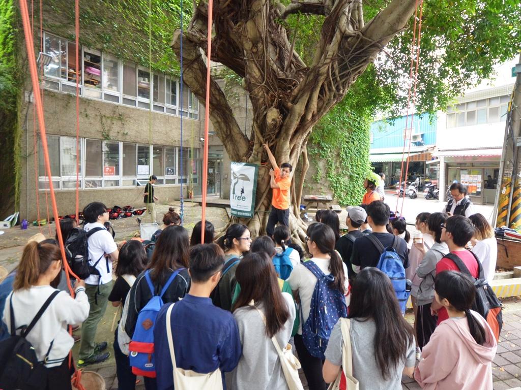 通稿照片03-中原大學景觀系「本土植物學」課程的學生認識校樹生態.JPG