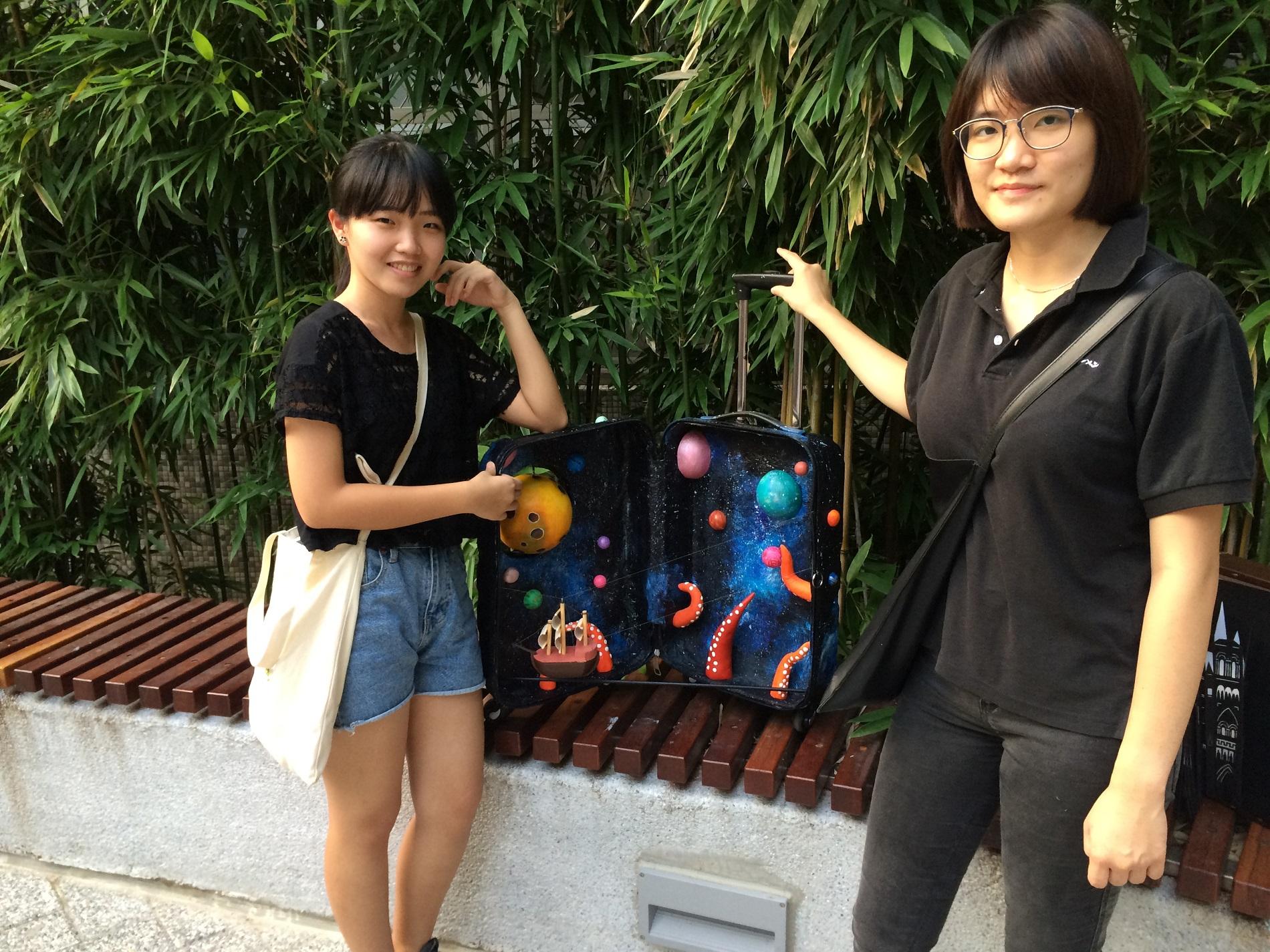 通稿照片3-商設系大一柯佩瑩(左)、蔡旆姍(右)的「帆走過」,靈感來自冒險電影「猩球崛起」。.jpg