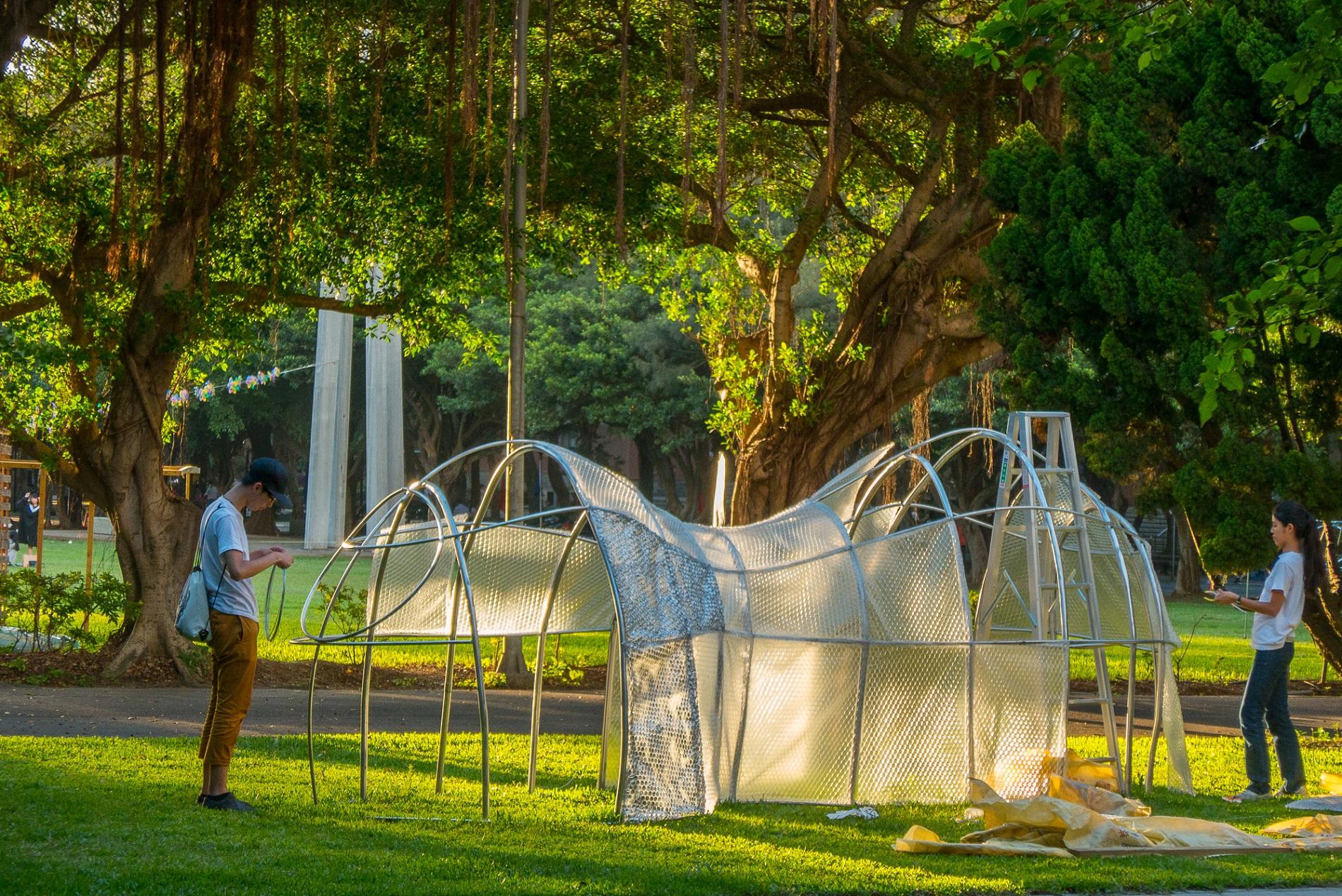 通稿照片6-王俊硯(左)、賴奕竹(右)發揮奇想用氣泡棉為作品「Way_of_the_future」營造另類的科技感.jpg