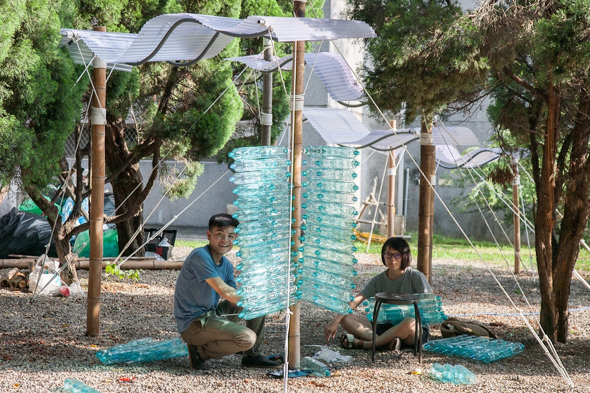通稿照片7-陳健恩(左)、李妍蓁(右)「Nicholas_Grimshaw_建築站」選用大量寶特瓶呈現玻璃的穿透性.jpg