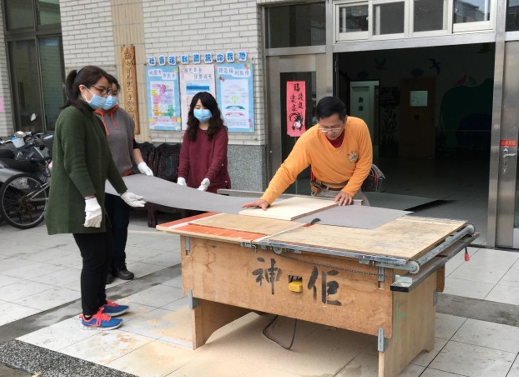 通稿照片08-中原大學室設系林文棋老師為同學們示範切割板材技巧.JPG