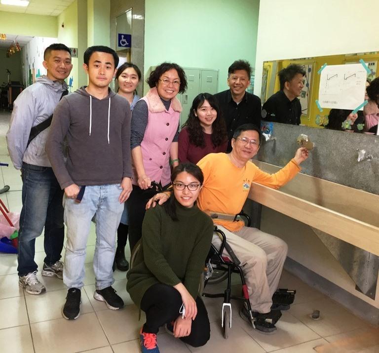 通稿照片01-木作工程完工後中原大學師生與愛家發展中心主任李麗華(左四)一同合照.JPG
