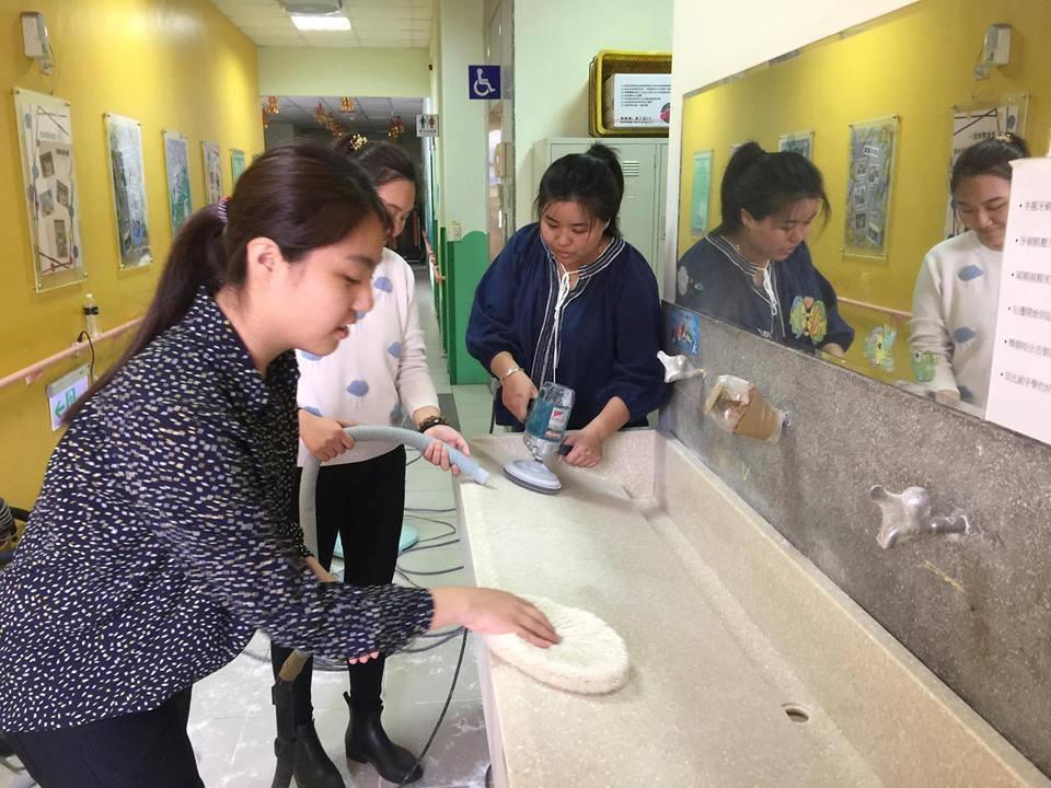 通稿照片04-室內設計系的同學們協助人造石打磨工作並從服務中學習研磨、拋光.jpg
