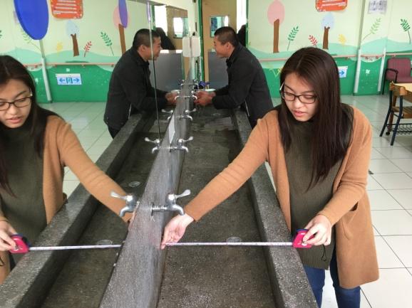 通稿照片07-愛家發展中心洗手台現場現況同學進行丈量紀錄.jpg