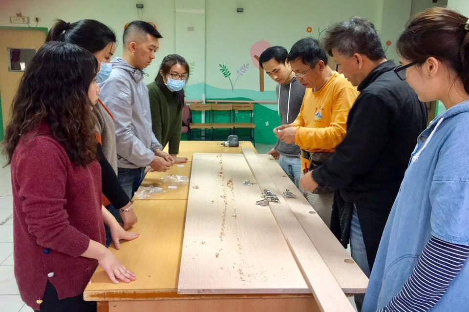 通稿照片03-室設系林文祺老師與陳歷渝老師帶領同學在做中學的過程,了解設計圖面與真實施做的落差.jpg
