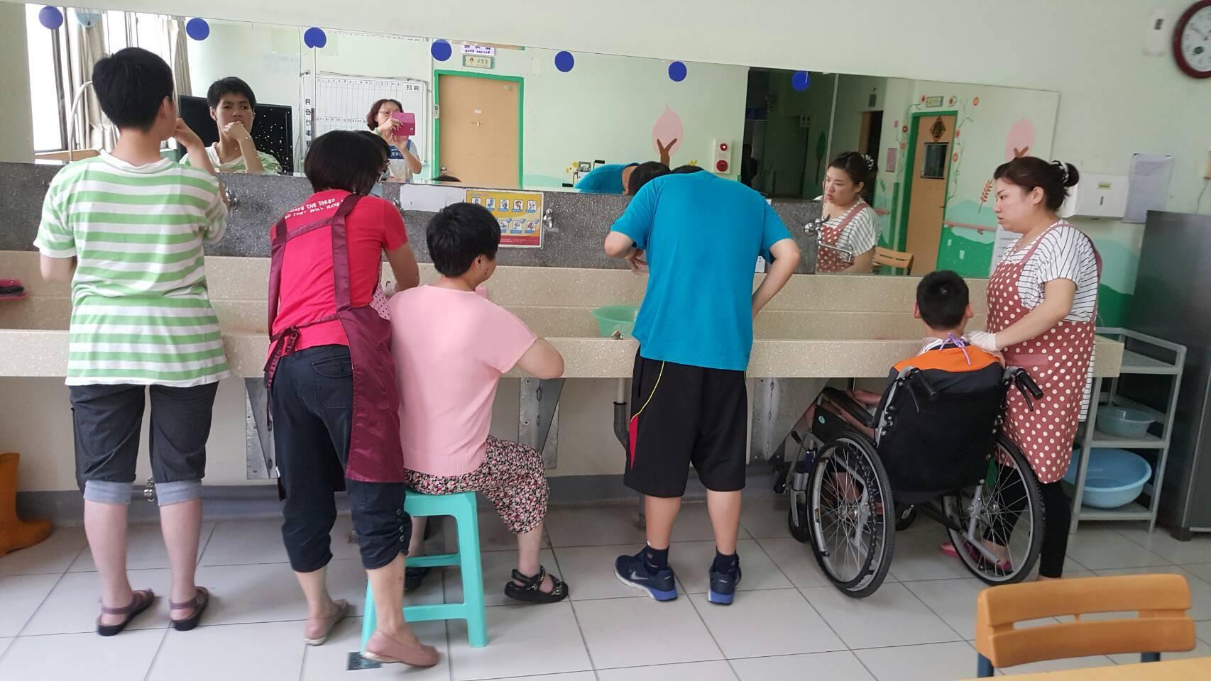 通稿照片06-愛家發展中心洗手台環境改造讓照護者在協助身心障礙者使用洗手台時更輕鬆.jpg