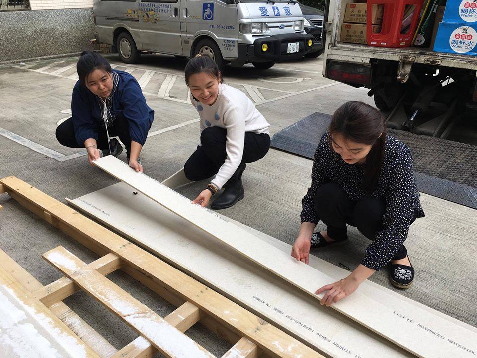 通稿照片09-中原室設系學生透過實做學習板材接合、切割等技能.jpg