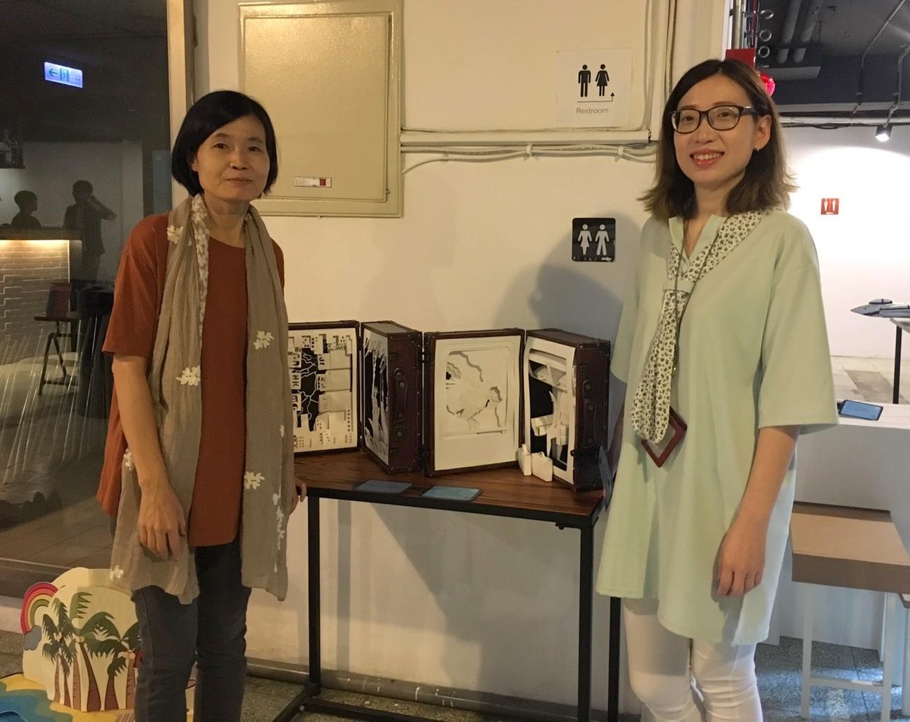 通稿照片06_中原商設系畢業的蔡寒筠校友(右)認為立體書結合紙雕的設計非常有商品化的潛力.jpg