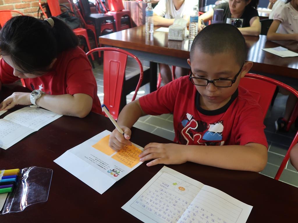 通稿照片01-龍岡地區忠貞國小的小學生專心地寫下對臘戍華校筆友的回信.JPG