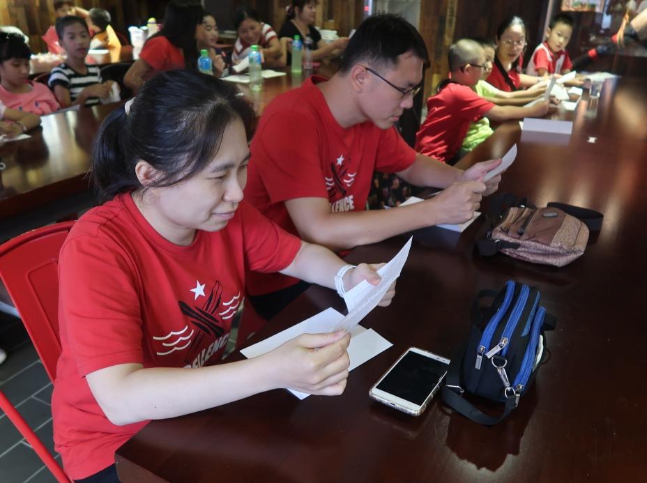 通稿照片03-來台多年的緬甸華人看著來自故鄉的信件也覺得非常感動.JPG