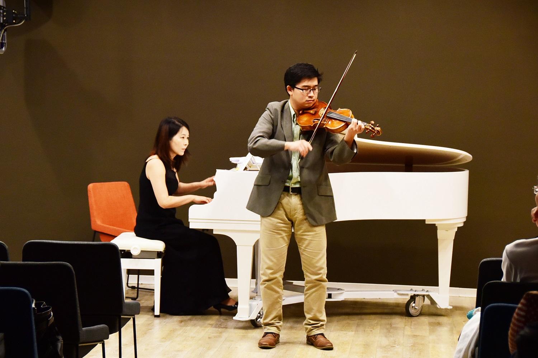通稿照片-校長與您有約媒體音樂會-左中原數音學程主任陳文婉-右小提琴博士簡山根.JPG