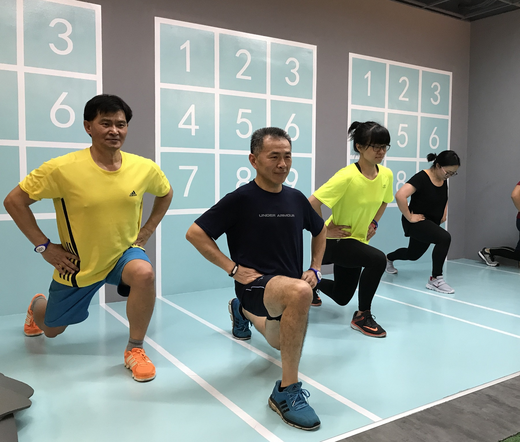 通稿照片3-「健康體位挑戰營」也搭配自主運動訓練,如深蹲、棒式等,讓學員平日在家也能養成規律運動習慣。.JPG