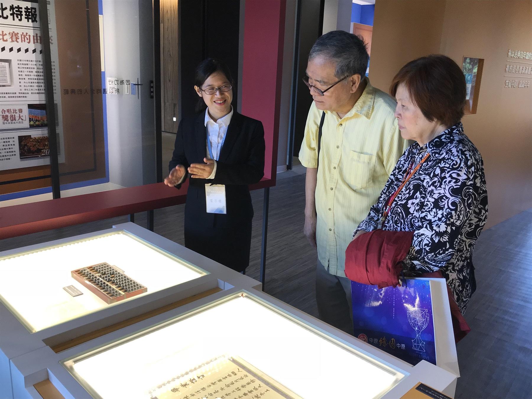 旅居美國德州的數學系57級校友郎德龍,特地偕同夫人返校參加校友日系列活動.JPG
