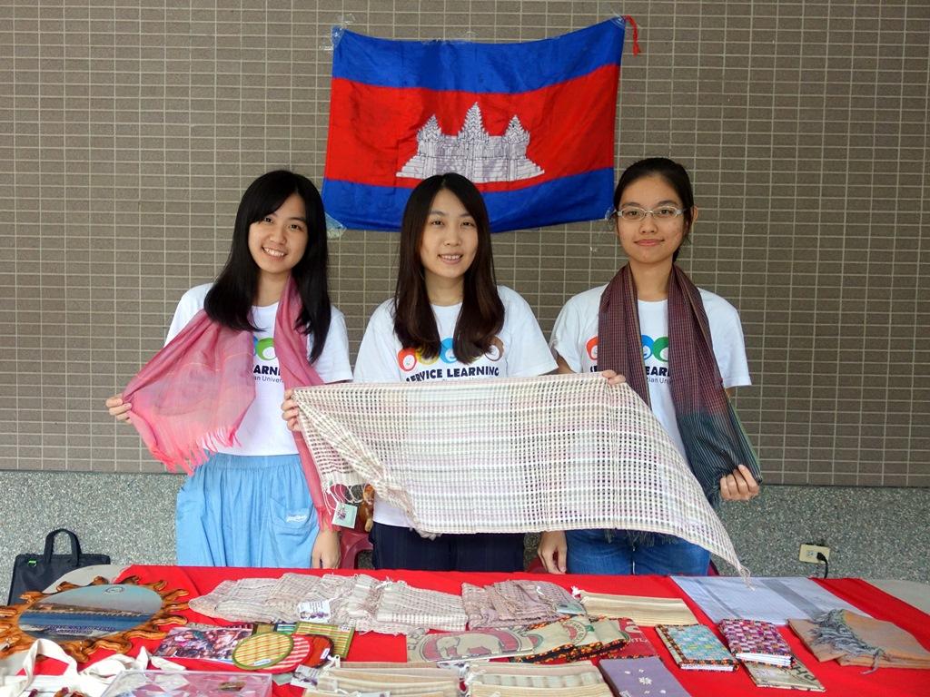 通稿照片01-柬埔寨志工義賣「奇姆娃(Chimmuwa)」手織品.JPG