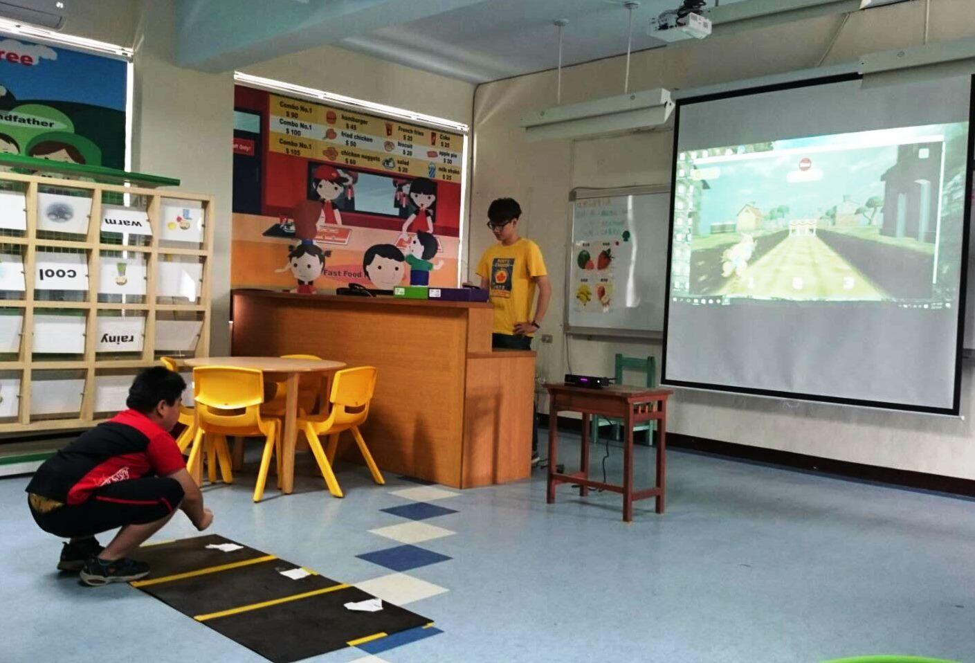 通稿照片-中原大學師生將體感遊戲設計成類似跑酷(Parkour)的情境再與動畫遊戲結合讓特教孩子學習敏捷度訓練.jpg