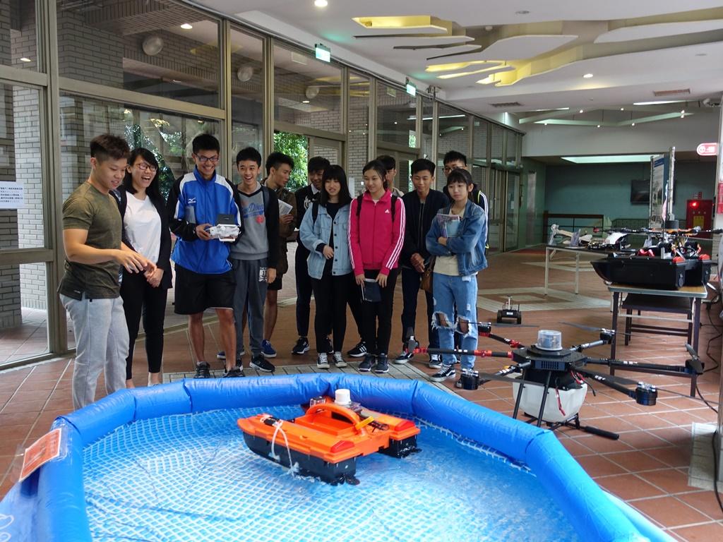 通稿照片07-機械工程系「無人載具live秀」讓高中生親自體驗操作.JPG