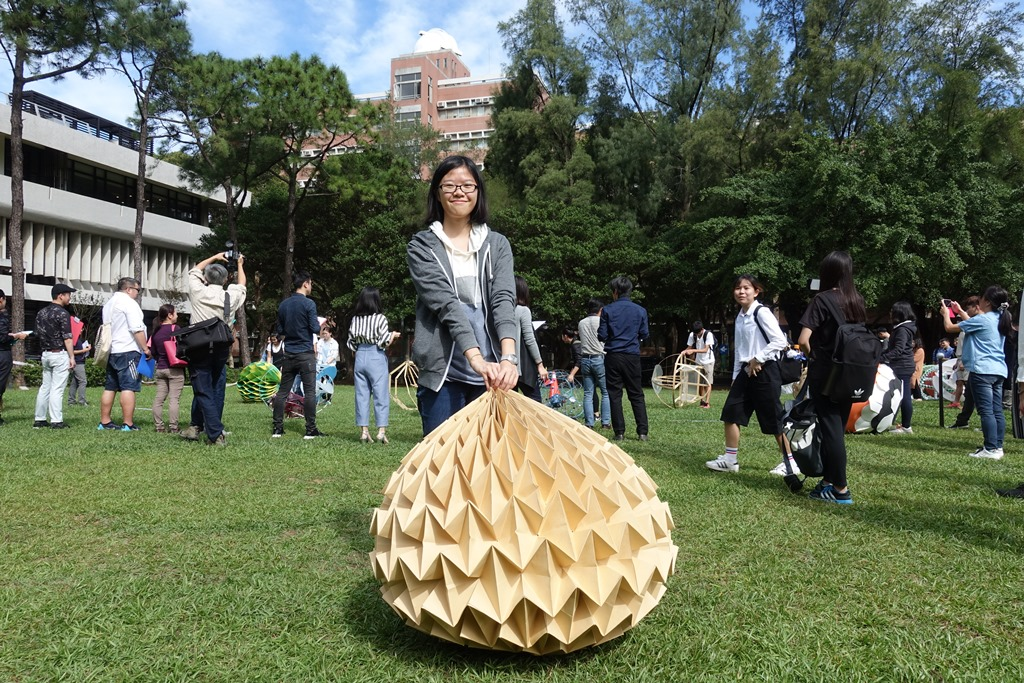 給中時-黃彩熏同學的「紙球」作品可以隨意折疊既有創意又環保.JPG