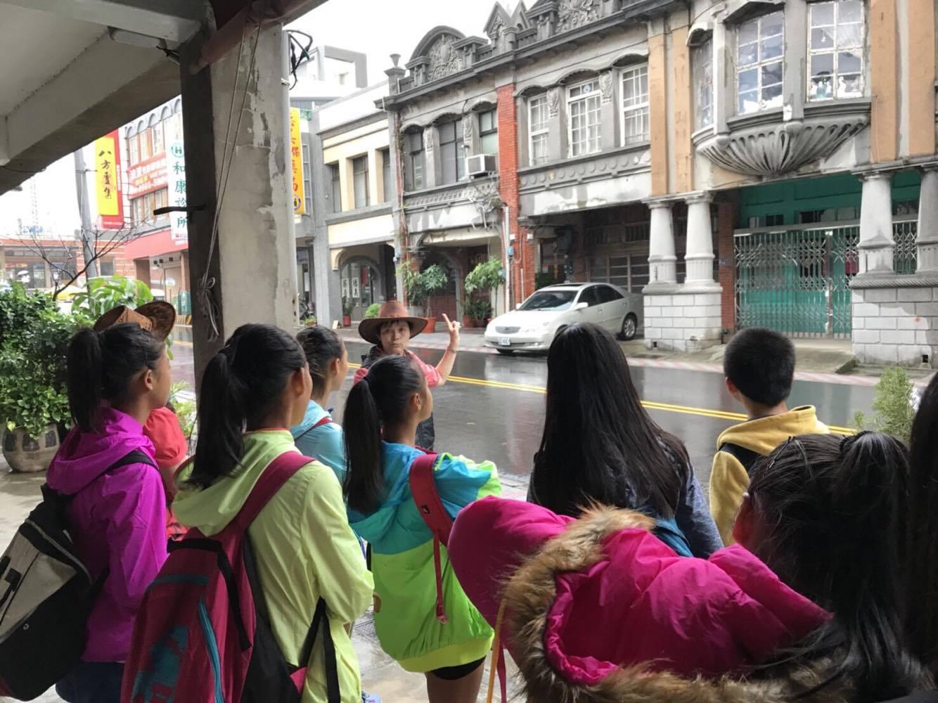 通稿照片2-薪傳師講述老街文化歷史,讓學生學習更多有趣的生活客語。.jpg