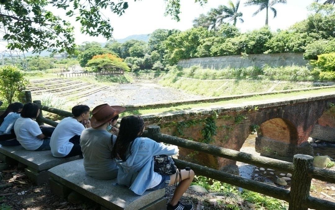 通稿照片5-中原大學以推動客家文化公共事務為己任,透過在地景觀踏查結合客語學習,讓年輕學子認識瞭解在地文化。.jpg